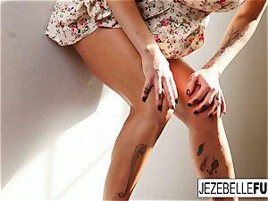 Jezebelle Bond all girl Minge Messing