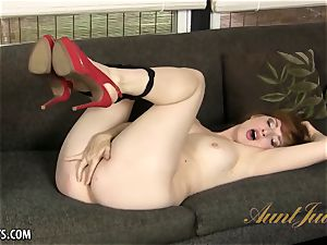 bootylicious mature Amber Dawn seductively touches her muff