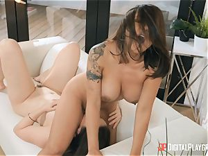 cougars Kaylani Lei and Chanel Preston trib on the bed
