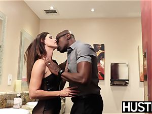 magnificent India Summers splashes after chomping down big black cock
